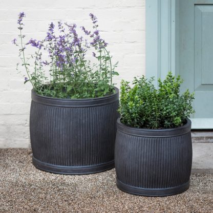These Bathford round planters by Garden Trading. Exude style, quality and timelessness. S:36 x 41 x 41, L:44 x 54 x 54cm. Made of Fibrecrete.