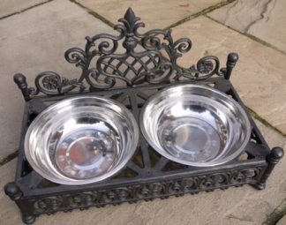 Sitting within the large raised dog bowl are 2 stainless steel dishes. They wont slip or slide, live in or out, easily removed for cleaning.