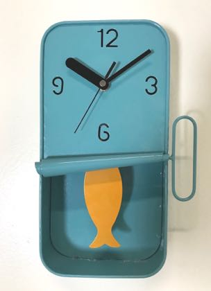 This blue sardine tin clock maybe small but is perfectly formed. Measures 30 x 18 x 6cm and has an orange fish tail hanging down as the pendulum. Takes 1 AA battery. Great value.