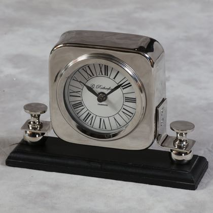 This silver mantle clock is a super example of a table or shelf clock. Reasonably priced and the fantastic finish mean this really will be a great gift. 15 x 18 x 8cm. Takes 1 AA battery.
